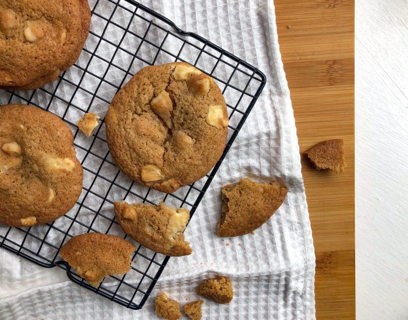 Gluteenittomat valkosuklaa-macadamia cookiet